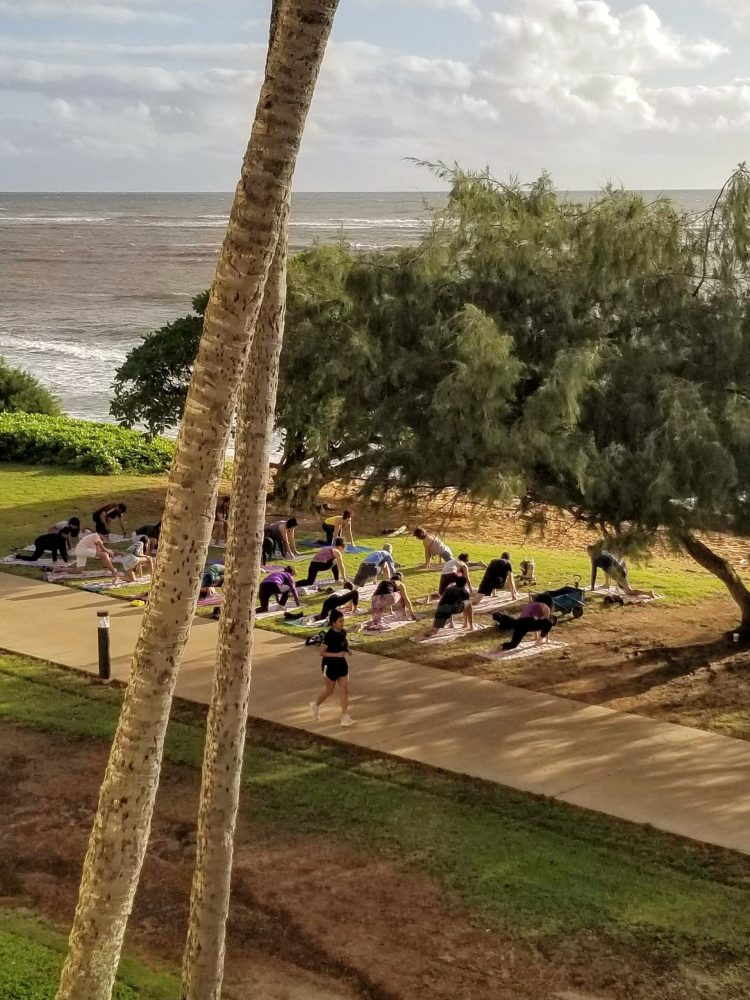Sheraton Kauai Coconut Beach: yoga by the beach