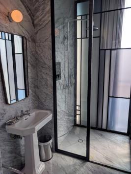 Sink and shower in the bathroom at Casa Habita in Guadalajara