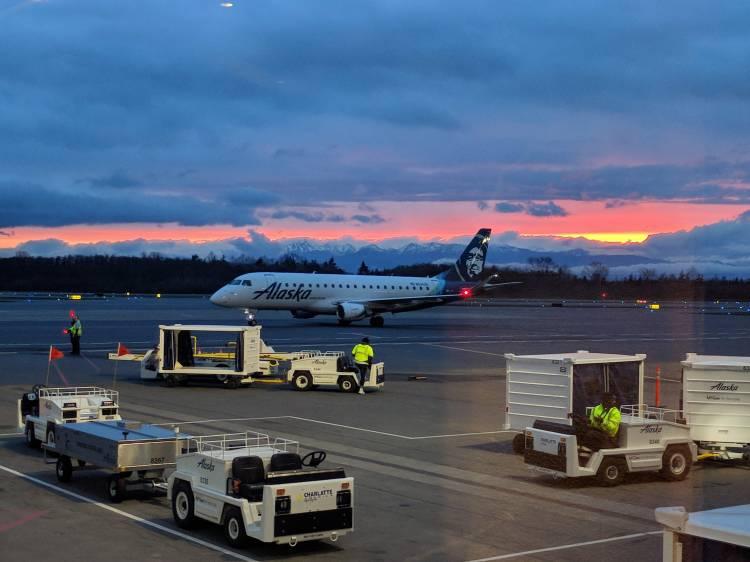 An Alaska Airlines E-175 arriving