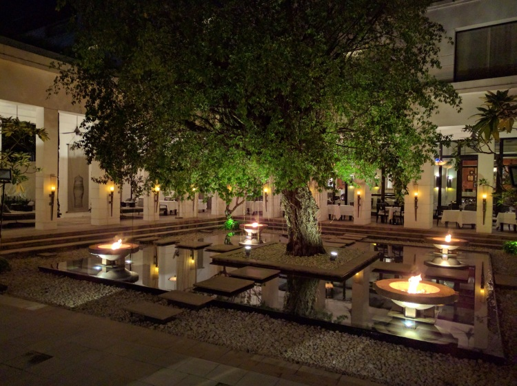Park Hyatt Siem Reap: view of the courtyard and bar/restaurant area at night