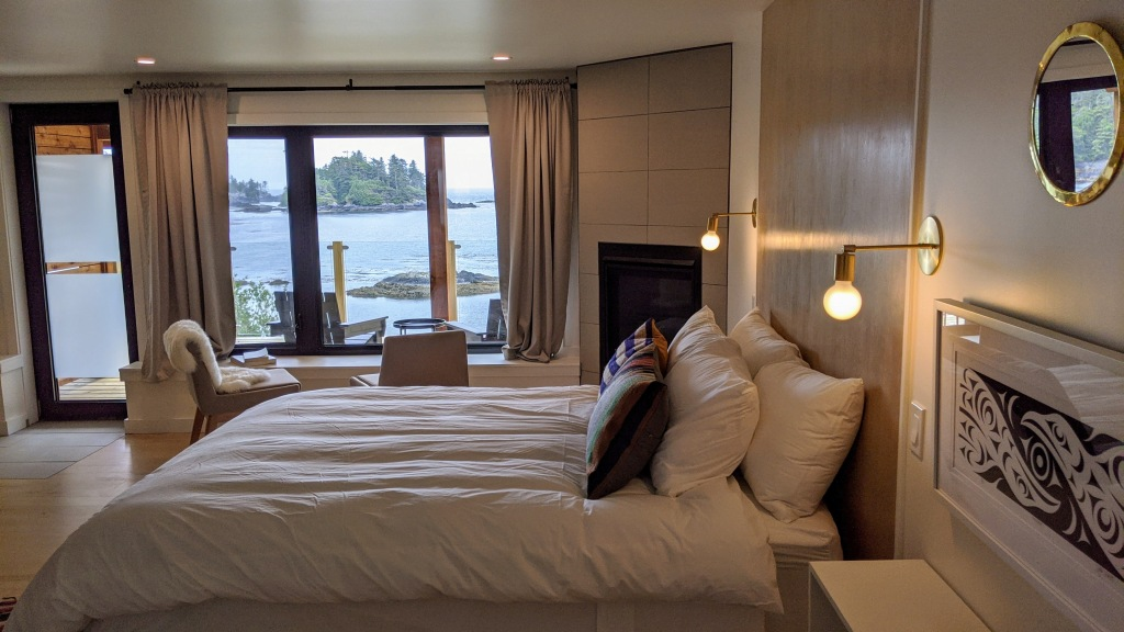 378 Marine Drive Guest House: bed and living