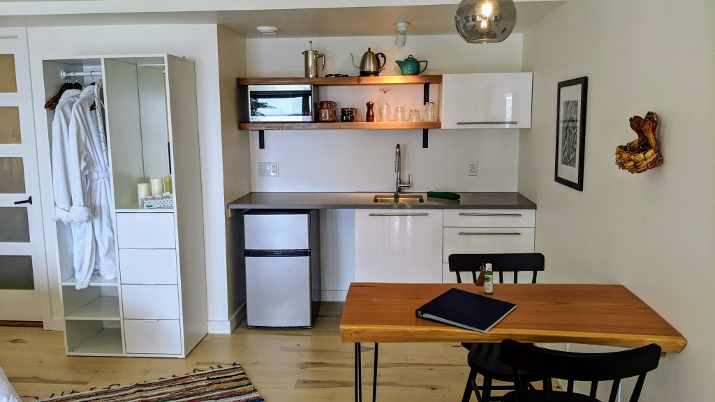 378 Marine Drive Guest House: kitchenette
