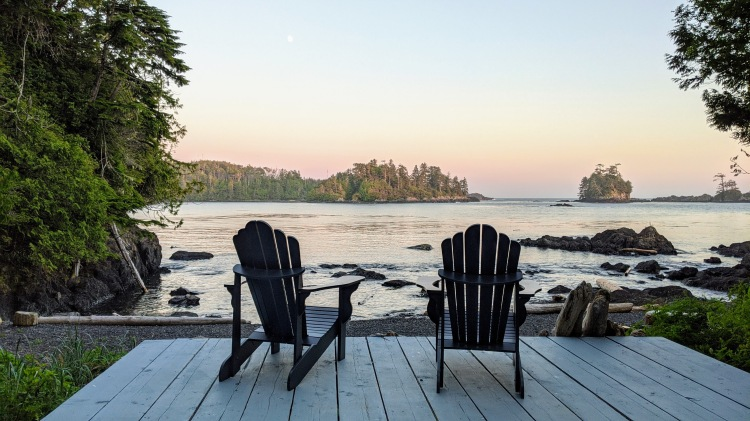 A Snug Harbour Inn: chairs by the beach