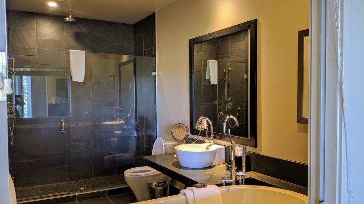 Black Rock Ocean Front Resort: studio lodge king room bathroom