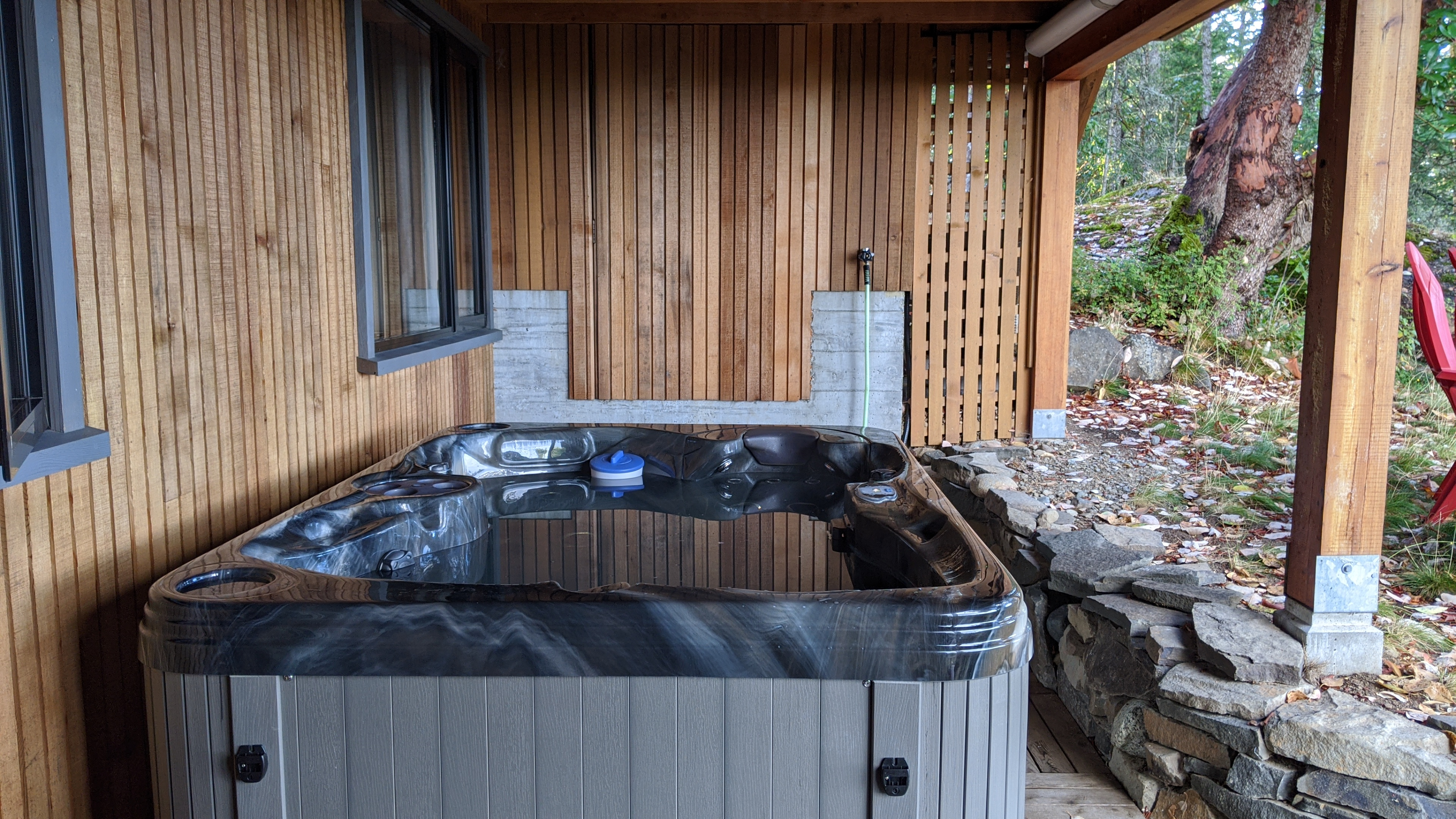 Sunrise Isles Bed and Breakfast: the hot tub