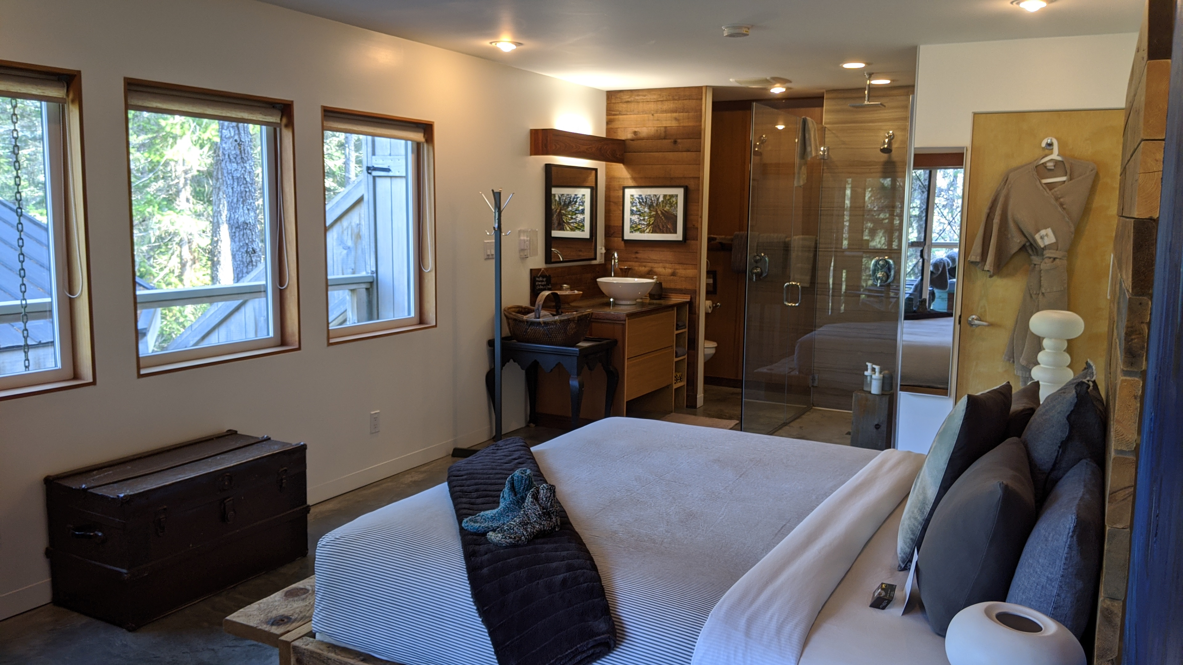 Secret Cove Treehouse Suite: The bedroom and shower