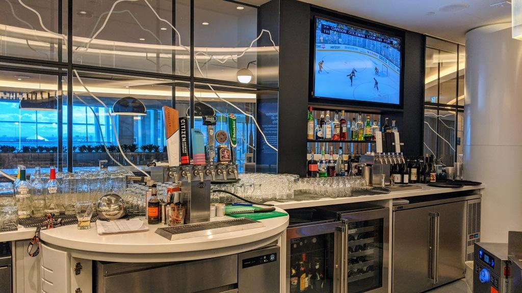 YYC WestJet Elevation Lounge: Bar